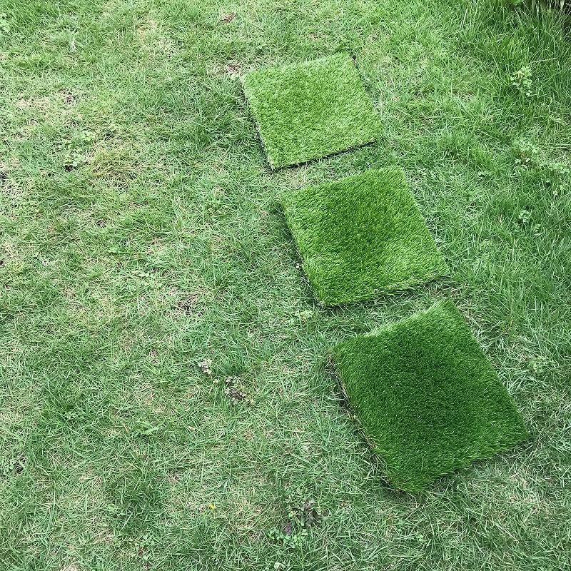 本物の芝生の上に置いた、3種類の人工芝。毛足の長さは上から、2cm,3.5cm,4cm