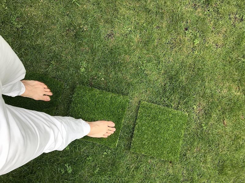素足で人工芝の上を歩く。4cmは最も沈み込みが深くフサフサ感がしっかりと感じられる